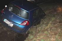 Opilý řidič auto naštěstí jen uklidil do příkopu