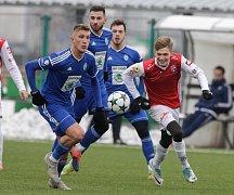 Přípravné utkání Fortuna národní ligy mezi FK Pardubice (v červenobílém) a FK Mladá Boleslav U21  (v modrém) na hřišti v Ohrazenicích v Pardubicích