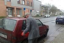 Polský senior se ocitl bez prostředků a bez benzínu