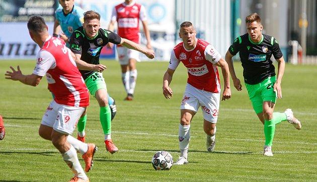 Fotbalové utkání Fortuna ligy mezi FK Pardubice (včervenobílém) a FC Viktoria Plzeň ( včernozeleném) na Městském stadionu Ďolíček vPraze.