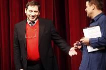 Patronem středečního soutěžního představení devátého ročníku Grand Festivalu smíchu ve Východočeském divadle (VČD) byl známý herec a režisér Tomáš Töpfer.