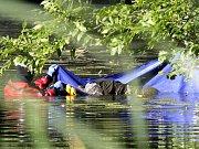 V Chrudimce v Tuněchodech zmizel vodák, jeho parťákovi se po převrácení kanoe podařilo zachránit. Po pohřešovaném muži pátrá policie.