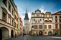 Zelená brána s bílou omítkou. Omítka má věži navrátit původní podobu, kterou měla až do roku 1912.