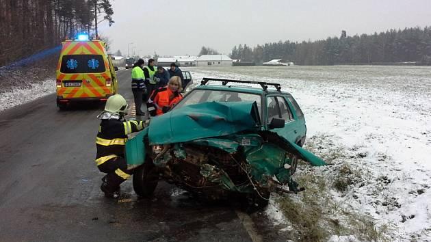 Na náledí doplatila zřejmě i dvě osobní vozidla u Horního Jelení.