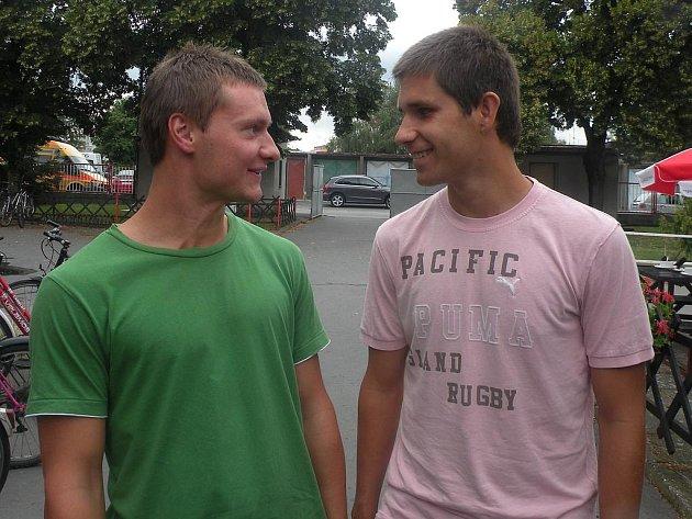 NOVAČCI.  Jan Betlach (vlevo) a Patrik Cincibuch působili v FK Pardubice, na podzim jsou však na hostování v Holicích. Dnešní pohárový duel má pro oba pikantní příchuť. V novém působišti se budou chtít vytáhnout.