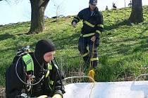 Hasiči-potápěči se připravují na akci.