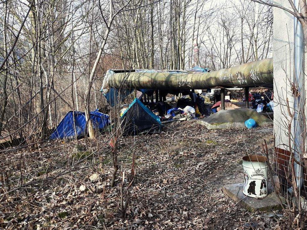 Hnízdo bezdomovců v lokalitě Pod Vinicí.