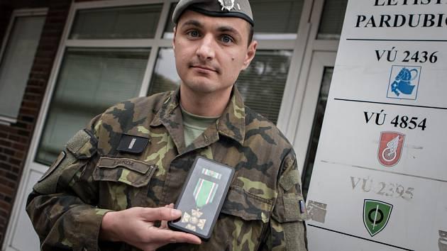 Rotmistr Jiří Burda obdržel za pomoc při autonehodě záslužný kříž.