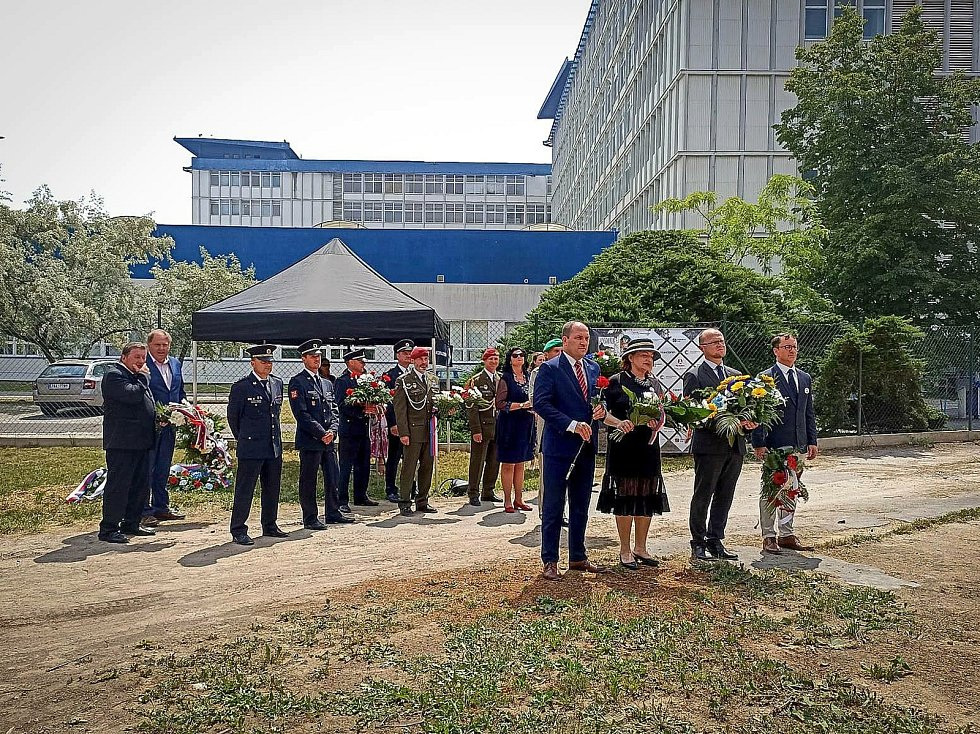 Uctili památku popravených občanů. Před Larischovou vilou se v pondělí sešli zástupci města, kraje a další.