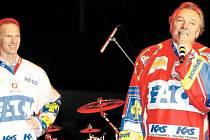 Karel Gott gratuloval hokejistům, v pozadí brankář Dominik Hašek