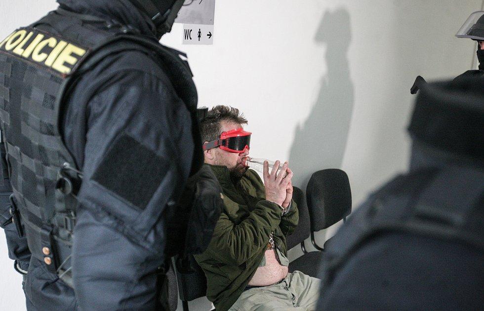 Vrah dítěte před soudem v Pardubicích, který rozhodl o jeho vzetí do vazby.