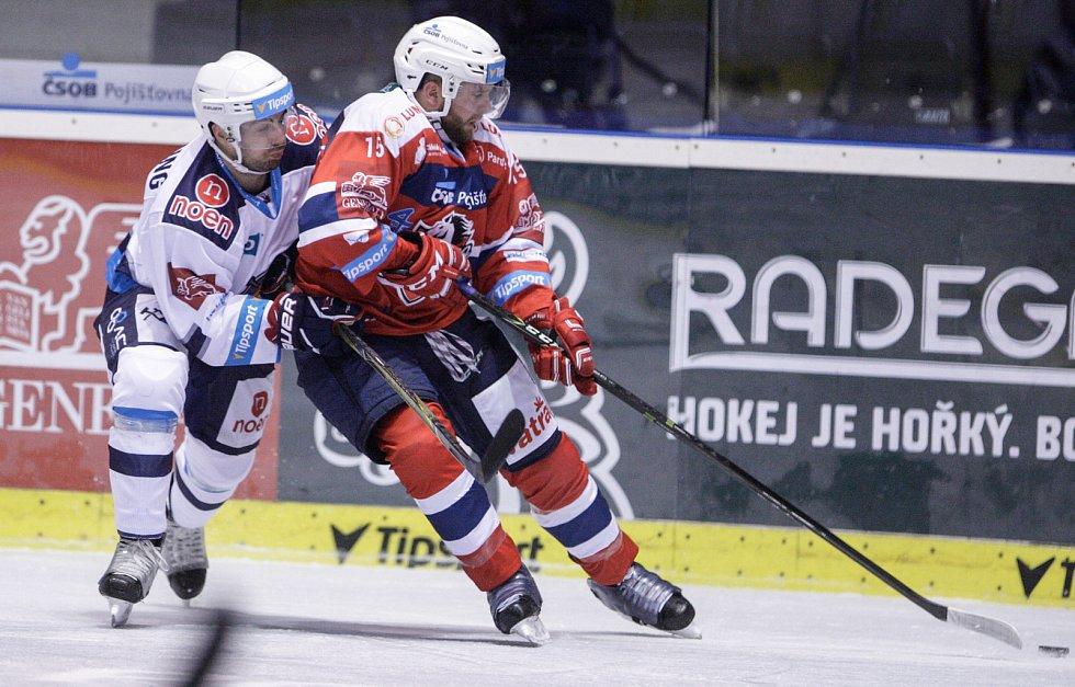 Hokejové utkání Tipsport extraligy v ledním hokeji mezi HC Dynamo Pardubice (červenobílém) a HC Práti Chomutov (v bílomodrém) v pardudubické Tipsport areně