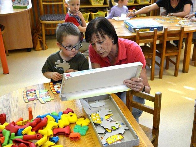 Školy a školky i letos zapojují babičky a dědečky do výuky.