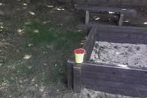 Stříkačka ležela u dětského hřiště.