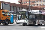 Terminálem začaly projíždět trolejbusy.