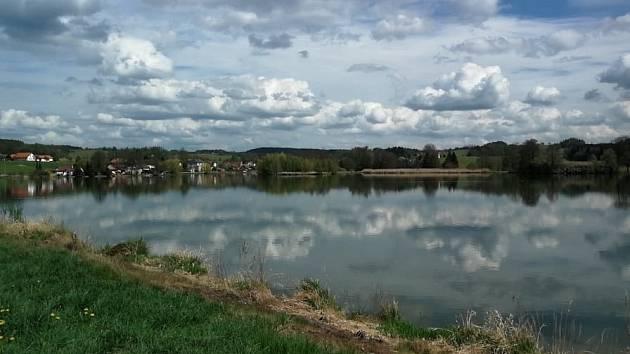 Počasí by o víkendu mělo přát procházkám do přírody. Čermenský rybník.