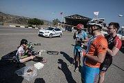 Expedice Crossing Cyprus 2017. Od turecké hranice máme i policejní doprovod. Prý je tu hustý provoz. On sice je, ale řidiči jsou tak nějak vychovanější.
