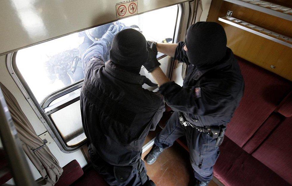 K výtržníkům ve vlaku se musí policisté doslova probít