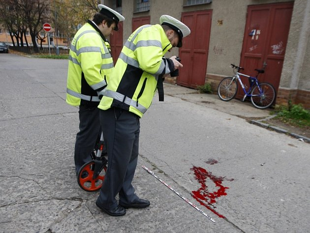 Na místě nehody zůstala pouze krvavá skvrna.