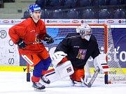 Duel Tipsport extraligy v ledním hokeji mezi HC Dynamo Pardubice (červenobílém) a HC Piráti Chomutov ( v bílemodrém)  v pardubické Tipsport areně.