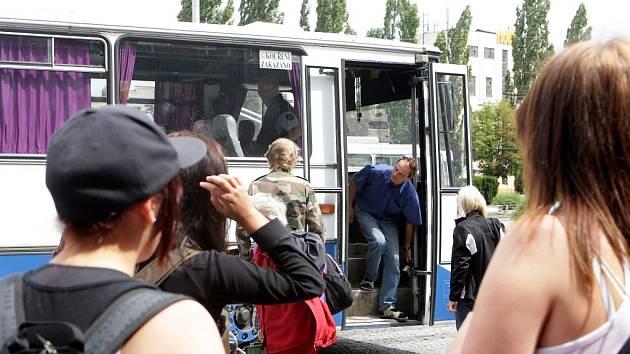 O náhradní dopravu cestujících se starají autobusy