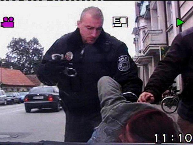 Ve skupině bezdomovců objevili strážníci také ženu, po které bylo vyhlášeno pátrání. Předali ji proto policistům.