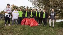 Hokejisté pardubického Dynama čistili břehy Labe od odpadků.