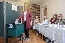V obci Podlesí na Holicku občané volí do Komunálních voleb 2018 v místním bývalém kadeřnictví.