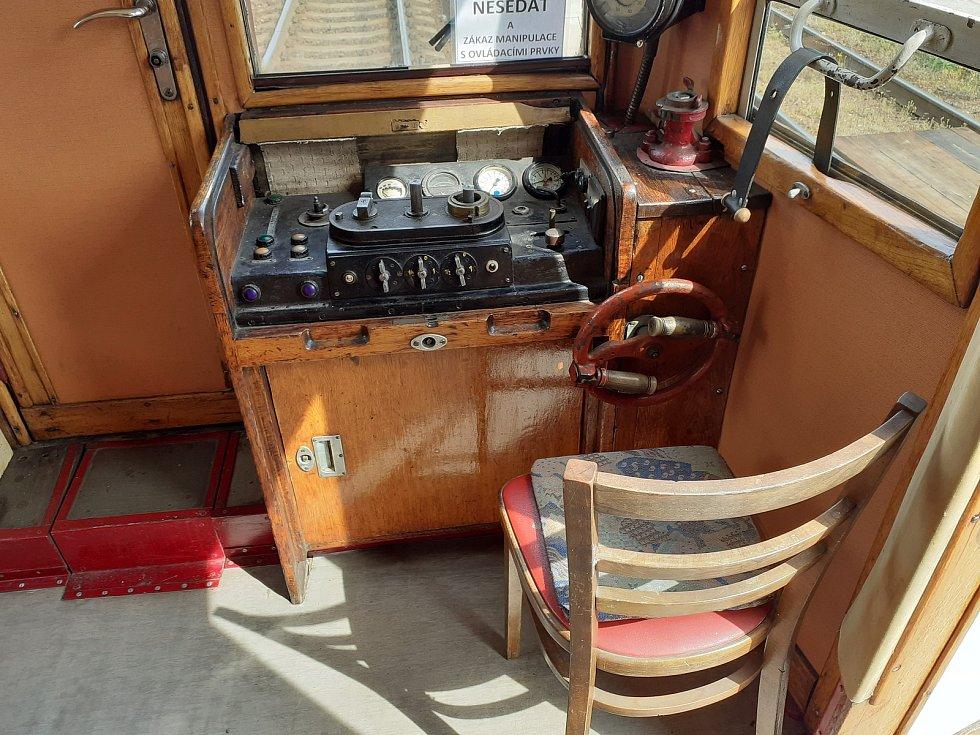 Strojvedoucí sedí při řízení na úplně obyčejné židli, původní skládací trojnožka se při jízdě skládala.