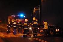 Dvojice divočáků málem způsobila ekologickou havárii. Při střetu s kamionem se jim podařilo prorazit nádrž tahače a na silnici uniklo velké množství paliva.