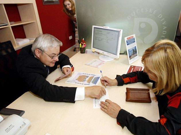 Primátor Jaroslav Deml si v nově zrekonstruovaném obchodním oddělení Východočeského divadla zkusil prodávat vstupenky.