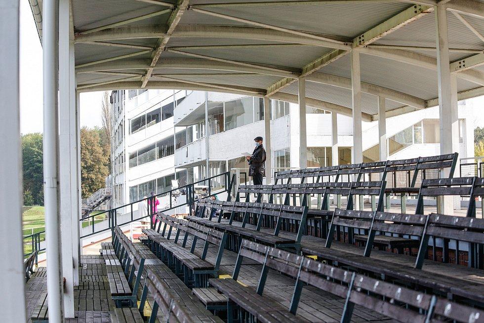 Zahájení 130. Velké pardubické se Slavia pojišťovnou, která se konalo před prázdnými tribunami na pardubickém dostihovém závodišti.