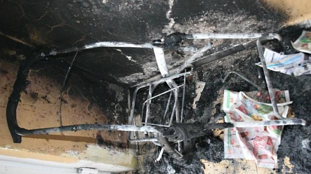 Zbytky zapáleného kočárku