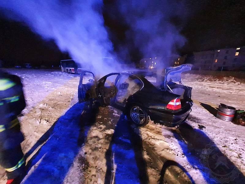 Řidiči při driftování shořelo auto.