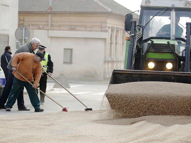 Kuriózní nehoda se stala v pondělí v Sezemicích. Z kamionu se za jízdy vysypal náklad pšenice. Její úklid ze silnice trval několik desítek minut.