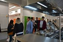 Kapacita nové kuchyně Základní školy npor. Eliáše je 900 obědů denně. Děti jídlo zde uvařené poprvé ochutnají v pondělí 9. března. Čeká je také nová jídelna.