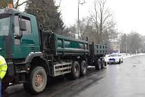 Zákaz vjezdu náklaďáků těžších než 12 tun zakazuje do Chvaletic dopravní značení.