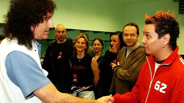 Brian May si podává ruku s Jiřím Ševčíkem