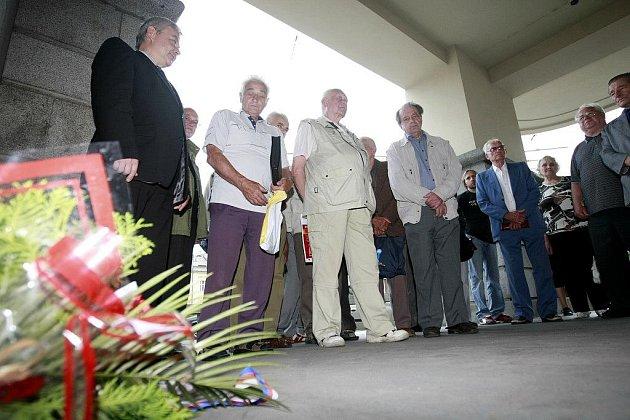 Pocta Miladě Horákové. Pietní shromáždění se uskutečnilo v Pardubicích u pamětní desky Obětem komunismu