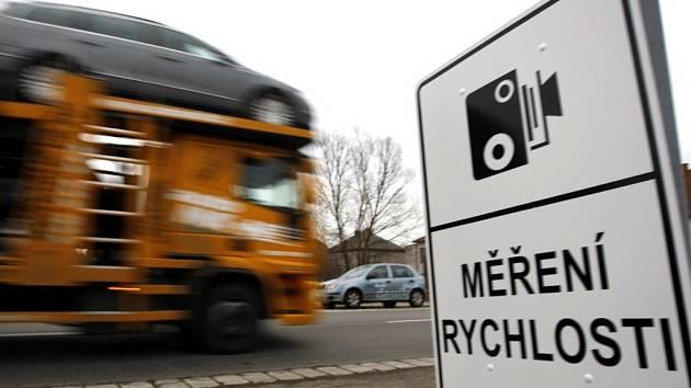 Na měření rychlosti teď městská policie upozorňuje zvláštní značkou