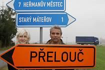 Starosti starostů. Zatímco Zuzaně Dvořákové z Čepí rozbité cesty opraví, škody za náklaďáky, které si cestu zkracují přes Starý Mateřov, má obec Pavla Sehnoutka hradit sama.