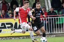 Utkání Fotbalové národní ligy mezi FK Pardubice (ve červenobílém) a 1. SC Znojmo FK (v černém) na hřišti pod Vinicí v Pardubicích.