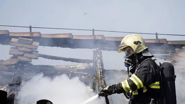 Požár zničil střechu vyhlášeného pardubického klubu Žlutý pes.