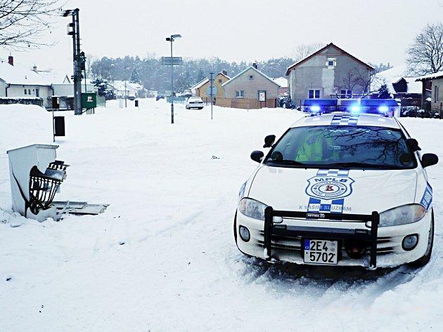 Zničená rozvodná skříň v Rybitví doplatila na doprvní nehodu.