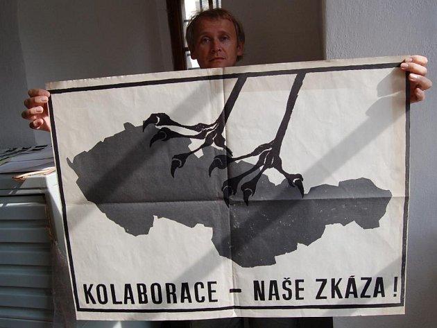 Historik Jan Tetřev s plakáty k 21. srpnu 1968