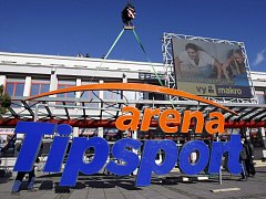 Usazování nového loga na Tipsport arenu v Pardubicích