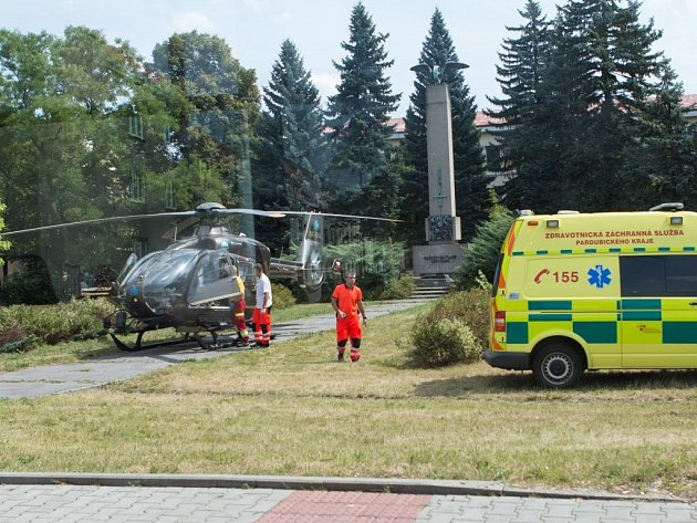 Záchranářský vrtulník přistál na Zborovském náměstí kvůli popálenému muži