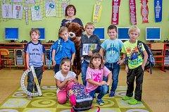 Prvňáčci ze Základní školy Dříteč s ředitelkou školy paní Světlanou Vackovou.