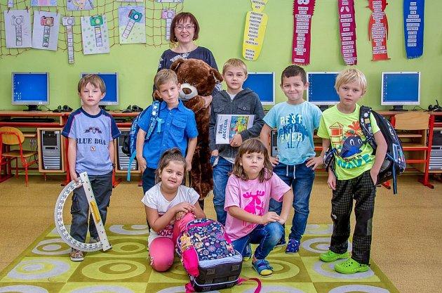 Prvňáčci ze Základní školy Dříteč sředitelkou školy paní Světlanou Vackovou.