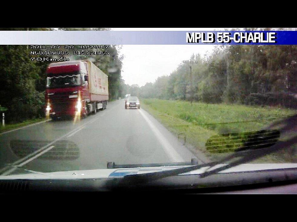 Kamera v autě bohdanečských strážníků natočila hrozivě vypadající čelní střet.